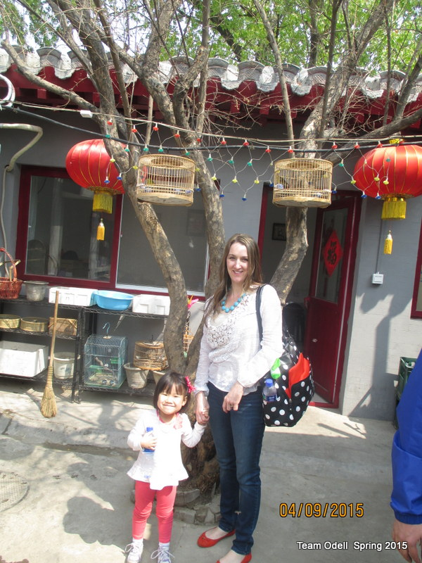 An old Beijing inner courtyard, with two beautiful girls!